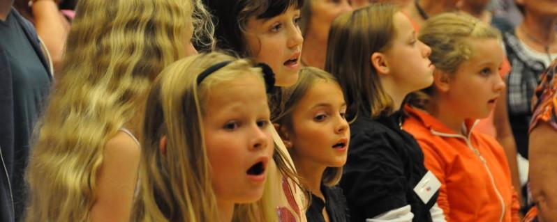 Familien synger på Vorgod-Barde Skole